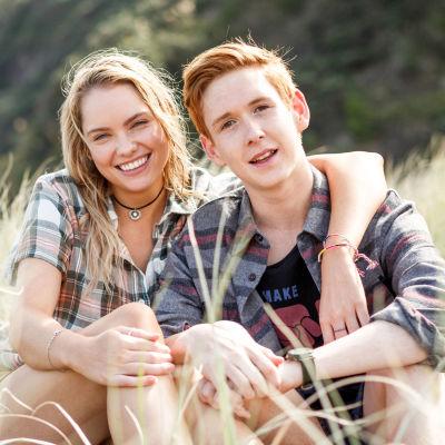 Shay (Melina Vidler) ja Arlo (Benson Jack Anthony) sarjassa Piikkejä paratiisissa.