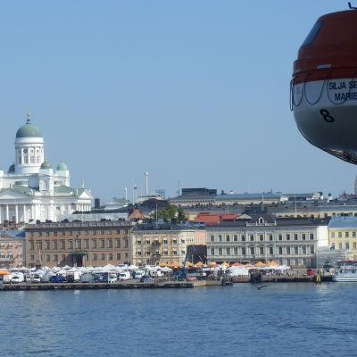 Utsikten över Helsingfors salutorg från Siljas passagerarfärja sommaren 2014