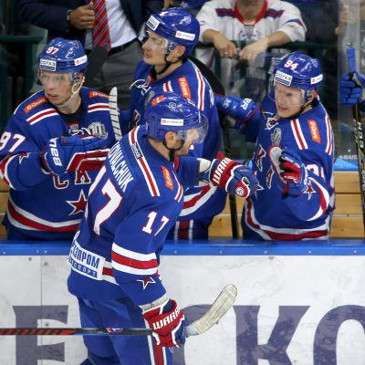 Ilja Kovaltjuk hälsar på lagkamrater efter ett mål.