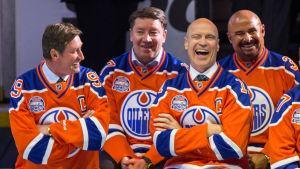 Edmontonlegendarerna Wayne Gretzky, Jari Kurri, Mark Messier och Grant Fuhr är samlade.