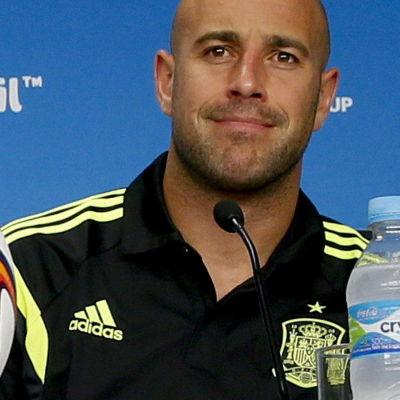 Pepe Reina är en fotbollsmålvakt från Spanien.