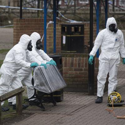 Brittiska militärtekniker lödsgör parkbänken där Sergej Skripal och hans dotter hittades efter att de blivit utsatta för nervgift.