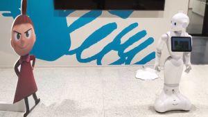 Ylermi-robotti katsoo Pikky Myytä esittävää pahvihahmoa