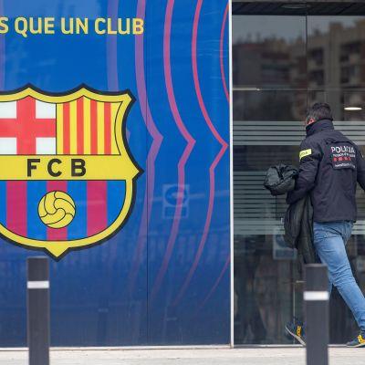 Polis går in i FC Barcelonas lokaler.