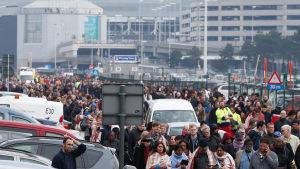 Folk avlägsnar sig från flygplatsen Zaventem, Bryssel, efter explosionen