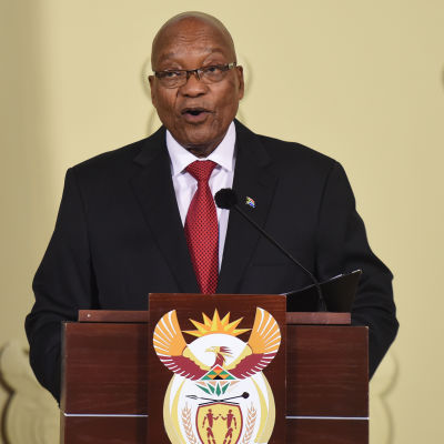 Jacob Zuma står bakom ett podium.