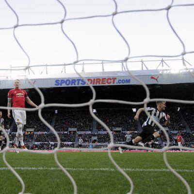 Newcastles Matt Ritchie gör 1-0 mot Manchester United.