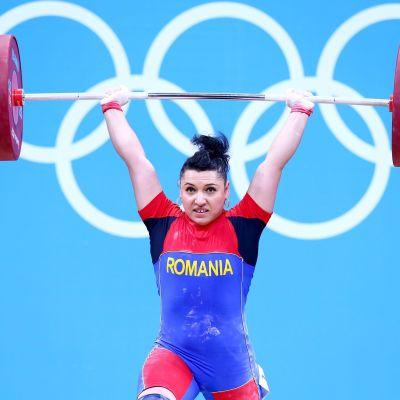 Roxana Cocos nostaa painoja.
