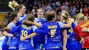 Sveriges damlandslag i handboll firar.