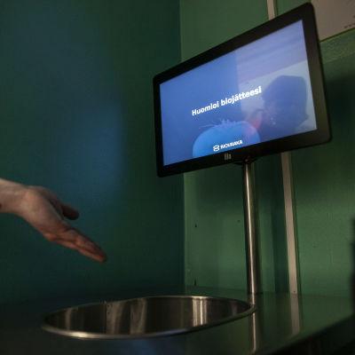 Biovaaka, joka mittaa kuinka monta grammaa ruokahävikkiä on syntynyt syömättömästä ruuasta. Vaaka Siilinjärven ahmon koululla.
