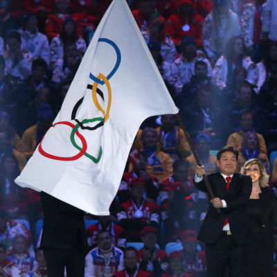 Representanter för OS i Pyeongchang i avslutningsceremonin i Sotji.