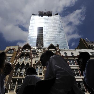 Vy från London, med en skyskrapa i bakgrunden