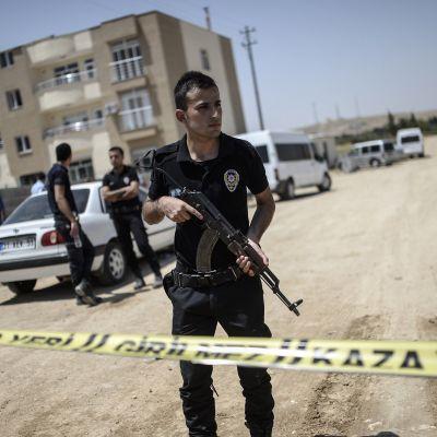 Turkisk polis vid gränsen till Syrien där två poliser sköts till döds i juli 2015.