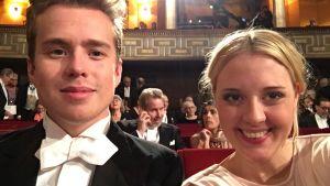 Agnes och hennes kille ler mot kameran under Nobelfestligheterna