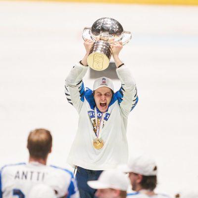 Kristian Kuusela lyfter VM-bucklan.