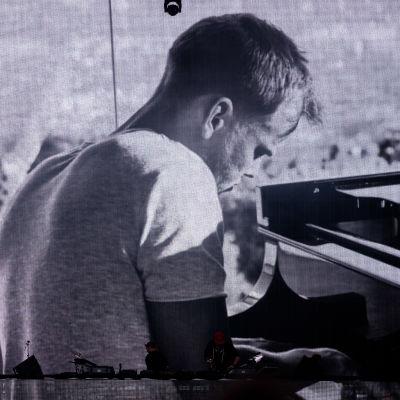 En svartvit bild på musikern Avicii som gick bort 2018.