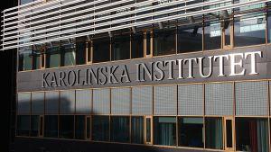 Texten Karolinska institutet på en vägg.