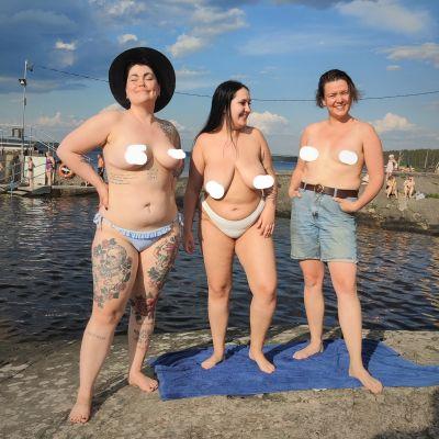 Kuvassa tissiaktivistit Säde Vallaren, Rosina Salovaara ja Meri-Maija Näykki yläosattomissa Rauhaniemen kylpylän rannalla.