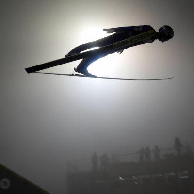 Michael Hayböck hoppar i dimmiga förhållanden i Lahtis.