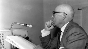 Ohjaaja Eero Leväluoma Yleisradion studiossa 1963.