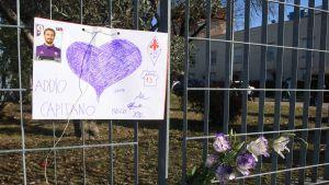 Blommor och teckning efter Davide Astoris död.