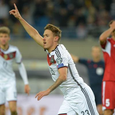 Max Kruse firar mål.