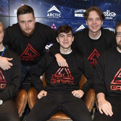 SJ Gaming -joukkueessa pelaavat Tony Niemelä, Jesse Grandell, Tuomas Louhimaa, Elias Olkkonen ja Mikko Välimaa Arctic Invitational -e-urheilutapahtuman mediatilaisuudessa Helsingissä 12. syyskuuta 2019.