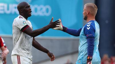 Belgiens anfallsstjärna Romelu Lukaku och Danmarks målvakt Kasper Schemeichel tackar varandra efter gruppspelsmatchen i Köpenhamn.