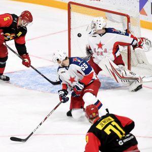 Nicklas Jensen försöker passa Jesse Joensuu, men en CSKA-spelare styr in pucken i eget mål.