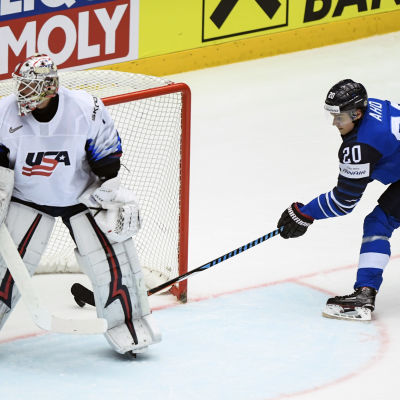 Sebastian Aho gör mål mot USA i VM-mötet i Herning.