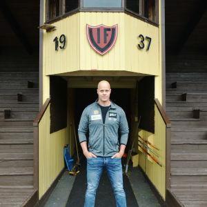 David Söderberg står vid läktarna vid Vörå sportplan.