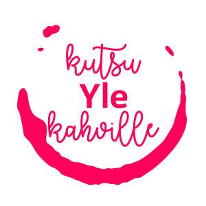 Vaaleanpunainen Kutsu Yle kahville -teksti läikkyneestä kahvista muodostuneen renkaan sisällä