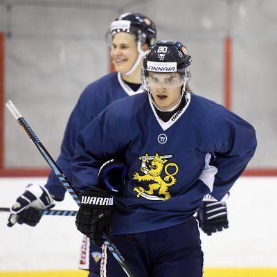 Sebastian Aho i förgrunden och Jesse Puljujärvi i bakgrunden.