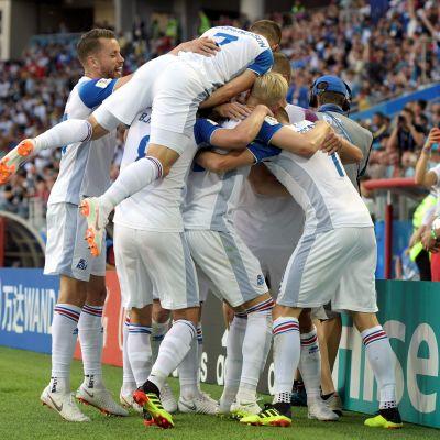 Island jublar efter ett mål