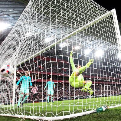 Aritz Aduriz sätter in 1–0 i Barcelonas mål.