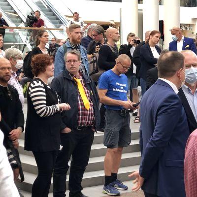 Publik vid Sannfinländarnas torgmöte i Åbo, några med munskydd.