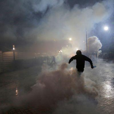 Mielenosoitukset jatkuivat lauantaina Albanian pääkaupungissa Tiranassa. Kuva kesäkuun 2. päivän yhteenotoista opposition kannattajien ja poliisin välillä.