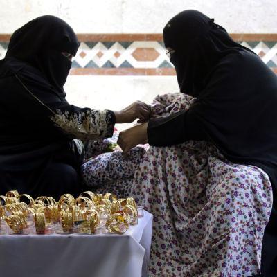 Saudiska kvinnor handlar i guld på marknad.