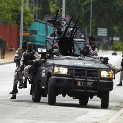 Maskerade upprorsmän i Abidjan, den förra huvudstaden och största staden i Elfenbenskusten