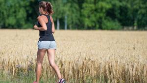 En kvinna som springer