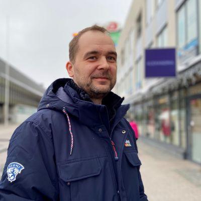 Ville Suovalkama toimii Jääkiekkoliiton aluevalmentajana.
