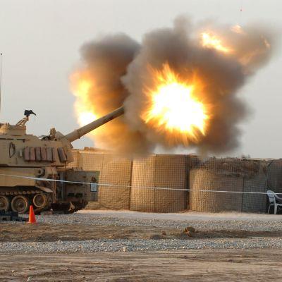 USA:s militärbas Camp Taji norr om Bagdad, används bland annat för att utbilda irakiska styrkor.  Arkivbilden visar hur irakiska stridsvagnar övar på basen.
