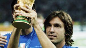 Andrea Pirlo lyfter VM-pokalen.