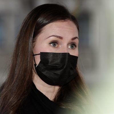 Statsminister Sanna Marin (SDP) iförd ett svart munskydd.