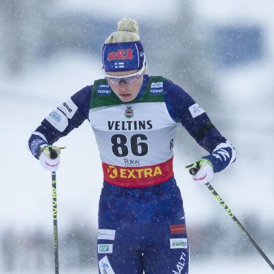 Anni Alakoski åker mot mål i världscupen i Ruka 2019.