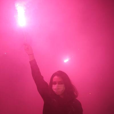 Basaksehir-supporter firar klubbens första ligatitel med bengalisk eld.