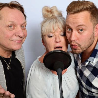 Heikki Salo, Tarja Närhi ja Jarno Kokko laulavat mikrofoniin
