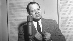 Kauko Käyhkä kuunnelmastudiossa 1957