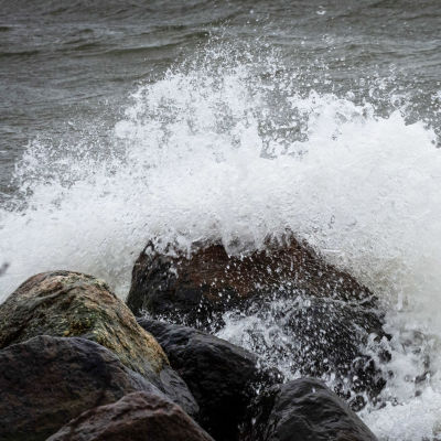 Meri tyrskyää kovalla tuulella.