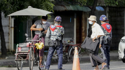 Militären är synligt närvarande på gatorna i Myanmars största stad Rangoon, där protester och sammandrabbningar fortfarande förekommer så gott som dagligen.